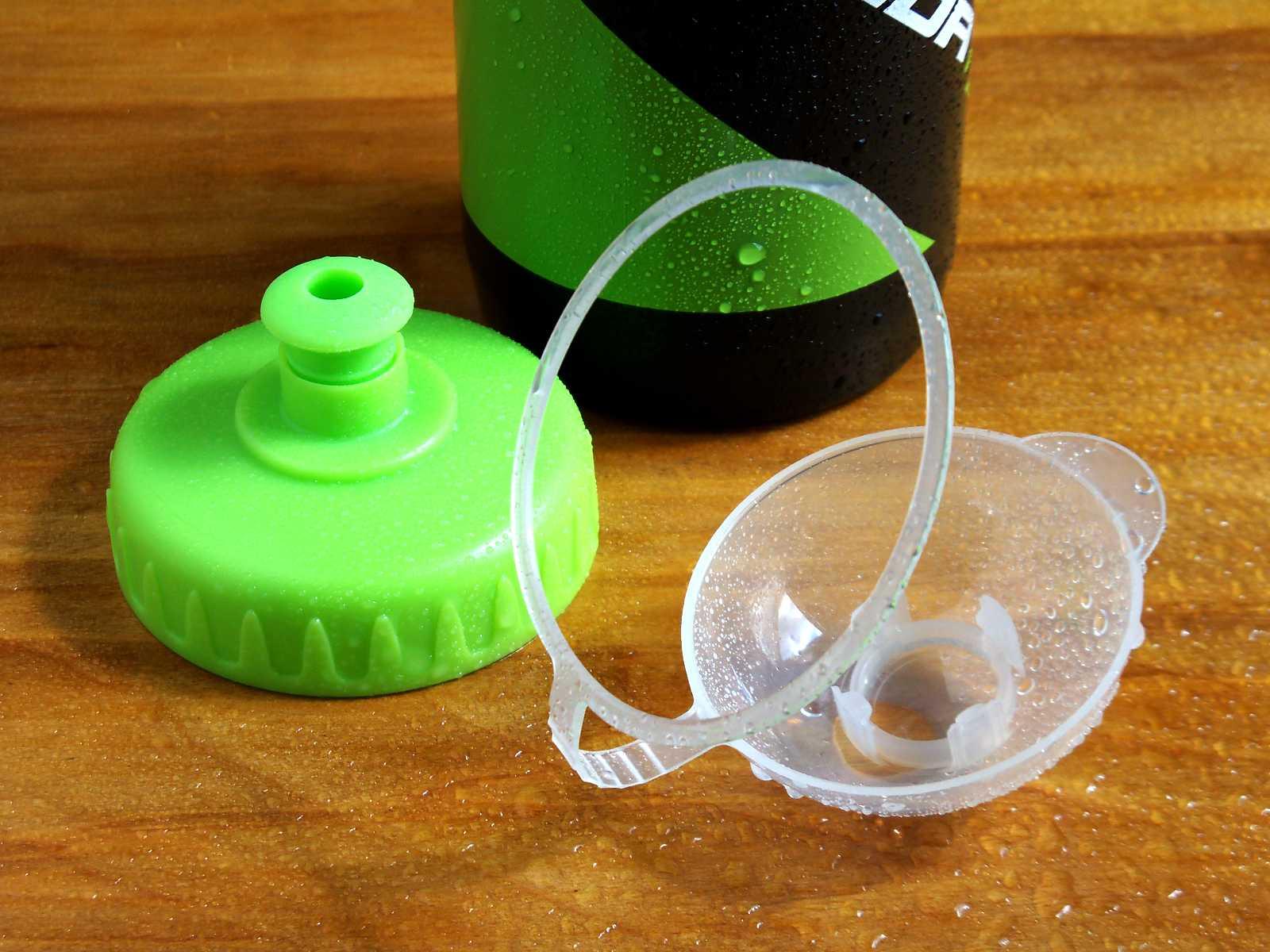 Klapka bidonu zaopatrzona w 4 ząbki oraz elastyczny korek bidonu