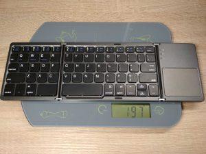 Mobilna klawiatura składana bluetooth waży ok. 197 g